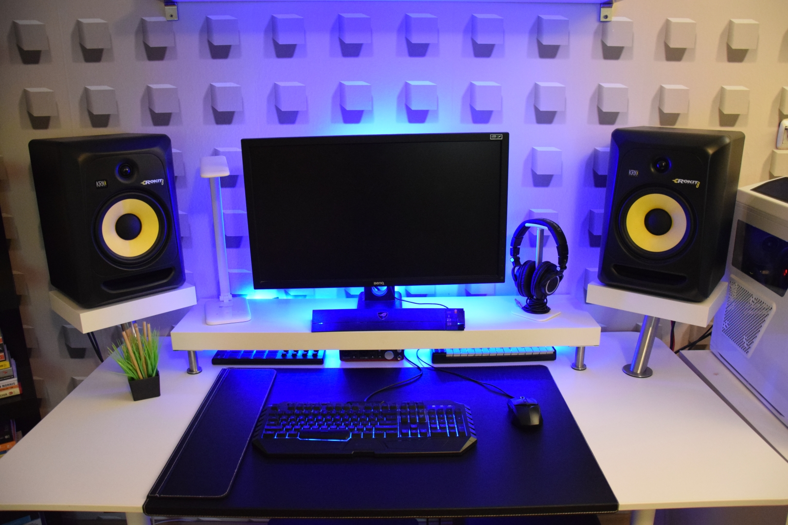 $334 Minimalist Bedroom Studio Desk Guide | Pro Music Producers